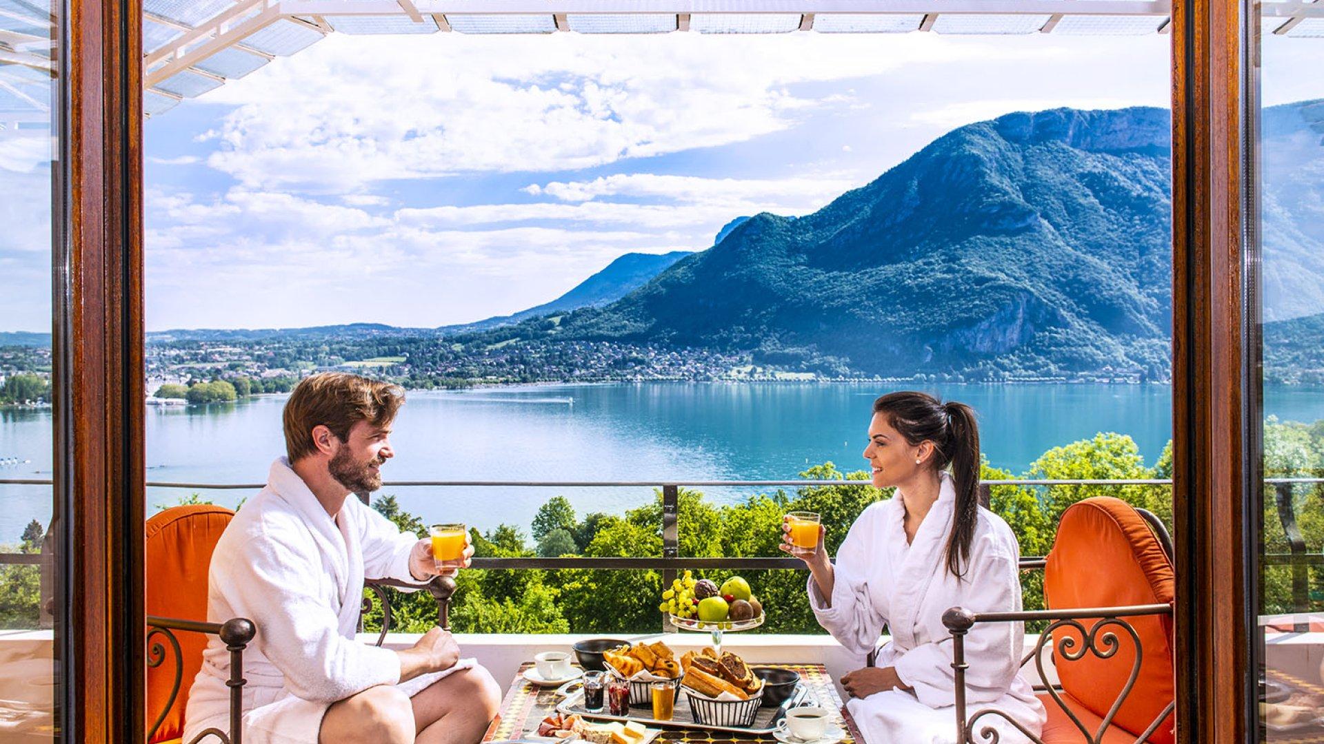 Moment couette et café - Hôtel Les Trésoms - Vue Lac Annecy